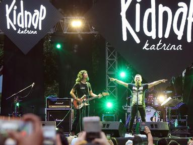 Vokalis grup band era 90 an Kidnap Katrina, Anang Hermansyah saat tampil pada gelaran The 90's Festival di Gambir Expo Kemayoran, Jakarta, Sabtu (10/11). Sejumlah lagu dinyanyikan bersama pengunjung diantaranya, Biru. (Liputan6.com/Helmi Fithriansyah)