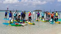 Olahraga paddleboarding di Pulau Kepayang, Belitung.  (Liputan6/Yulia Lisnawati)