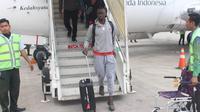 Gelandang Arema FC, Makan Konate turun dari pesawat di Bandara APT Pranoto Samarinda, Senin (20/5/2019). (Bola.com/Iwan Setiawan)