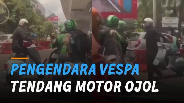 Tidak terima motornya kesenggol, seorang pria pengendara motor vespa tendang motor ojek online.