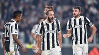 Para pemain Juventus merayakan gol Gonzalo Higuain saat melawan Spal pada lanjutan Serie A di Allianz Stadium, Turin, (25/10/2017). Juventus menang 4-1. (Alessandro Di Marco/ANSA via AP)