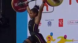 Atlet angkat besi putri Venezuela, Rodriguez Gomez sempat mengangkat dan menahan besi di pundaknya, sebelum mengangkatnya hingga posisi besi di atas kepalanya saat bertanding di Pan Am Games, Ontario, Kanada, 12 Juli 2015. (Dailymail)