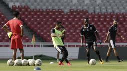 Pemain Arema FC, Makan Konate, mengontrol bola saat latihan di SUGBK, Jakarta, Jumat (2/8). Jelang hadapi Persija, skuat Arema jajal Stadion GBK. (Bola.com/YoppyRenato)