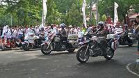 Aksi freestyle yang dilakukan Polwan Cantik dari Ditlantas Polda Jabar menghipnotis pengunjung Millenial Safety Festival di Cirebon. Foto (Liputan6.com / Panji Prayitno)