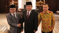 Ketua DPR Ade Komaruddin (kiri) berjabat tangan dengan Ketua MKD Surahman Hidayat usai pertemuan di ruangan Pimpinan DPR, Jakarta, Senin (2/1). Pertemuan membahas rencana menyusun Undang Undang Etika pada lembaga perwakilan. (Liputan6.com/Angga Yuniar)
