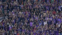 Sejumlah suporter Persita Tangerang memberikan dukungan saat melawan Kalteng Putra pada laga Liga 2 di Stadion Pakansari, Jawa Barat, Selasa (4/12). Kalteng menang 2-0 atas Persita. (Bola.com/M. Iqbal Ichsan)