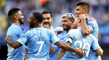 Para pemain Manchester City merayakan gol yang dicetak oleh Bernardo Silva ke gawang Brighton and Hove Albion pada laga Premier Leauge 2019 di Stadion Etihad, Sabtu (31/8). Manchester City menang 4 gol tanpa balas. (AP/Nick Potts)