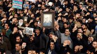 Masyarakat Iran melakukan protes usai kematian Jenderal Militer Qasem Soleimani. (Source: AP/ABEDIN TAHERKENAREH)