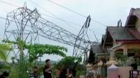 Salah satu menara di Jalan Tingang roboh dan menimpa rumah hingga hancur berantakan.