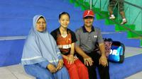 Pebulutangkis DKI Jakarta, Fitriani, bersama orang tuanya, Dede Abdulrohman dan Eti Sukmiati di GOR Bima, Cirebon, Rabu (28/9/2016). (Bola.com/Yus Mei Sawitri)