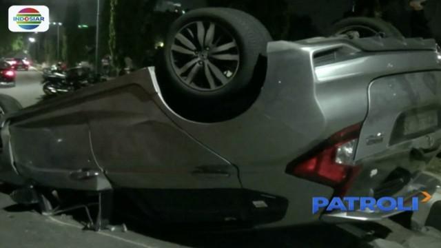 Sejoli bertengkar saat berkendara, mobil sedan terguling di Cempaka Putih, Jakarta Pusat.