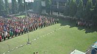 Ratusan pejabat Pemprov Jambi ikuti prosesi pelantikan di bawah terik matahari. (Bangun Santoso/Liputan6.com)