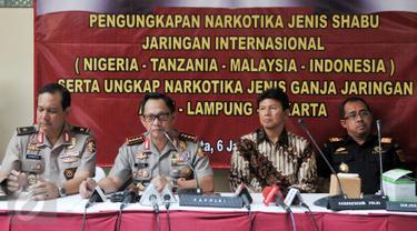 Kapolri Jenderal Pol Tito Karnavian menggelar jumpa pers di RS Polri, Jakarta Timur, Jumat (6/1). Dittipidnarkoba Bareskrim bersama Bea Cukai membongkar sindikat narkoba jaringan internasional penyelundup 610 gram sabu. (Liputan6.com/Yoppy Renato)
