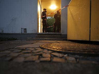 Petugas polisi berjaga di apartemen tempat lima anak ditemukan tewas di kota Solingen, Jerman barat (3/9/2020). Seorang ibu diduga membunuh lima anaknya (yang berusia satu, dua, tiga, enam dan delapan tahun) sebelum mencoba bunuh diri dengan melompat di depan kereta, kata polisi. (AFP/Leon Kuegeler)