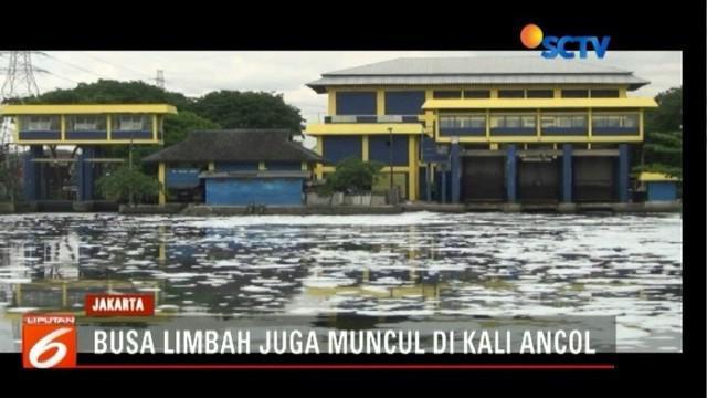 Wakil Gubernur DKI Jakarta Sandiaga Salahudin Uno akan mensosialisasikan cara menangani limbah rumah tangga kepada warga terkait limbah busa yang ada di aliran KBT.
