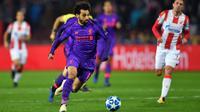Gelandang Liverpool, Mohamed Salah, menggiring bola saat melawan Red Star pada laga Liga Champions di Stadion Rajko Mitic, Belgrade, Selasa (6/11). Red Star menang 2-0 atas Liverpool. (AFP/Andrej Isakovic)