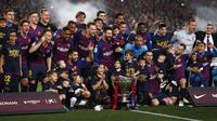Tim Barcelona merayakan keberhasilan jadi juara La Liga 2018-2019 di Camp Nou, Minggu dini hari WIB (28/4/2019), setelah menekuk Levante 1-0. (AFP/Pau Barena)