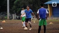 Mantan pesepakbola Nasional, Ricky Yakobi membawa bola saat melatih di salah satu lapangan di Jakarta.   Striker legendaris Timnas Indonesia Ricky Yacobi meninggal dunia pada Sabtu (21/11/2020) pagi WIB. (Liputan6.com/Helmi Fithriansyah)