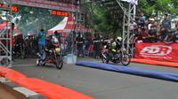 Para peserta balap drag race di Tangerang saat melaju motor di lintasan (istimewa)