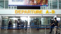 Para pekerja menjaga gerbang keberangkatan saat gladi resik pembukaan kembali Bandara Internasional Ngurah Rai di Bali, Sabtu (9/10/2021). Indonesia berencana kembali membuka Bandara Internasional Ngurah Rai untuk penerbangan internasional pada 14 Oktober 2021. (AP Photo/Firdia Lisnawati)