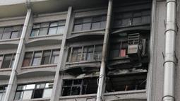 Kondisi jendela yang hangus setelah insiden kebakaran yang melanda sebuah rumah sakit di Taipei, Senin (13/8). Dari keterangan Departemen Kebakaran Taiwan para korban tewas kehilangan nyawa karena menghirup asap. (AFP PHOTO / Daniel SHIH)