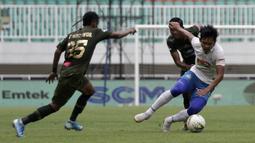 Gelandang PSIS Semarang, Bayu Nugroho, berebut bola dengan pemain Tira Persikabo pada laga Shopee Liga 1 di Stadion Pakansari, Bogor, Jumat (22/11). PSIS menang 2-1 atas Tira Persikabo. (Bola.com/Yoppy Renato)