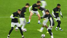 Para pemain Atletico Madrid menghadiri sesi latihan menjelang leg pertama babak 16 besar Liga Champions melawan Chelsea di Stadion Arena Nationala, Rumania, Senin (22/2/2021). Meski laga tidak dimainkan di kandang Atletico Madrid, Chelsea tetap berstatus sebagai tim tamu.  (Daniel MIHAILESCU/AFP)