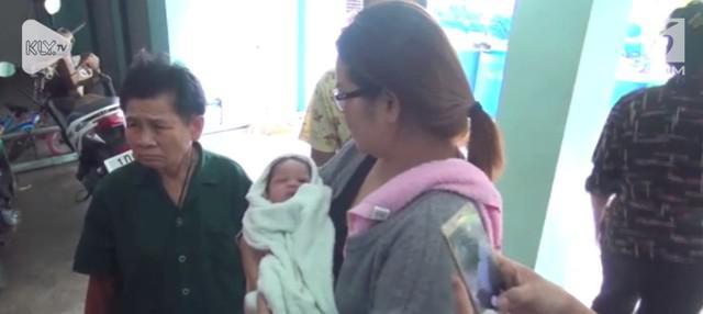 Seorang bayi dilempar dari lantai 5 oleh ibu kandungnya yang masih remaja. Beruntung bayi itu selamat karena terjatuh tepat di tumpukan daun pisang.