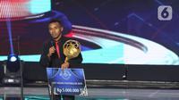 Pemain Persipura, Todd Rivaldo Ferre memberi pernyataan usai terpilih sebagai Best Young Footballer 2019 pada Indonesian Soccer Award 2019 di Studio 6 Indosiar, Jakarta, Jumat (10/1/2020). 16 penghargaan diberikan pada acara ini. (Liputan6.com/Helmi Fithriansyah)
