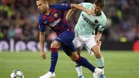 Nicolo Barella saat berduel dengan Arthur dari Barcelona (Josep Lago/AFP)