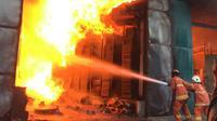 Kebakaran di gudang mesin jahit di Jalan Niaga Tambangan, Surabaya pada Kamis (17/9/2020). (Foto: Dinas PMK Surabaya)