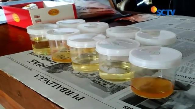 Petugas gabungan lakukan pemeriksaan urin terhadap sopir angkutan mudik di Banyumas, dua orang dilarang mengemudikan kendaraan karena kedapatan mengonsumsi obat-obatan.