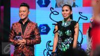 Evi Masamba dan Danang Banyuwangi pada detik penentuan pemenang juara Dangdut Academy 2 di Studio 5 Indosiar, Jakarta, Jumat (12/6/2015). Evi terpilih menjadi juara pertama D'Academy 2. (Liputan6.com/Faisal R Syam)