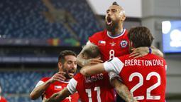 Namun pada menit ke-26, justru Chile yang mampu unggul lebih dulu. Eduardo Vargas melepaskan tembakan dari sudut sempit yang tak mampu dihalau kiper Uruguay, Fernando Muslera. (AP/Andre Penner)