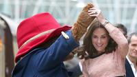 Ingin tahu mengapa Kate Middleton tidak pernah terlihat mengenakan cat kuku di depan umum? (Chris J Ratcliffe/AFP)