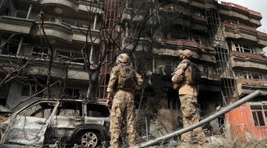 Pasukan keamanan menjaga lokasi serangan bom di kantor pemenangan calon presiden Afghanistan Amrullah Saleh, Kabul, Senin (29/7/2019). Serangan yang menewaskan dua orang dan melukai 25 lainnya tersebut terjadi pada Minggu, 28 Juli 2019. (AP Photo/Rahmat Gul)