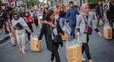 Peserta aksi yang tergabung dalam Mahasiswa dan Pemuda Relawan Cinta NKRI membagikan takjil ke anggota Polri yang bertugas di Gedung Bawaslu RI, Jakarta, Minggu (26/5). Aksi simpatik sebagai wujud apresiasi kepada anggota Polri-TNI yang menjaga keamanan aksi 22 Mei 2019. (Liputan6.com/Faizal Fanani)