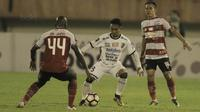 Gelandang Bali United, Muhammad Taufiq, saat pertandingan melawan Madura United pada laga Piala Presiden di Stadion Manahan, Solo, Sabtu, (3/2/2018). Bali United menang adu penalti 5-4 atas Madura United. (Bola.com/M Iqbal Ichsan)