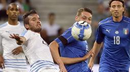 Pemain Uruguay, Alvaro Gonzalez (kiri) berebut bola dengan pemain Italia, Andrea Belotti pada laga Persahabatan di Nice Allianz Riviera stadium, Prancis, (7/6/2017). (AP/Claude Paris)
