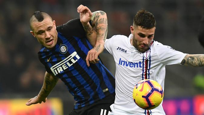 Gelandang Inter Milan Radja Nainggolan (kiri) bersaing dengan bek Sampdoria Nicola Murru saat bertanding pada Serie A di Stadion San Siro, Milan, Minggu (17/2). Nainggolan mencetak gol penentu bagi Inter Milan. (Miguel MEDINA/AFP)