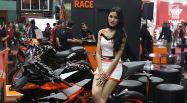 SPG duduk di sepeda motor KTM selama pameran Pameran Indonesia Motorcycle Show (IMOS) 2018 di JCC, Jakarta, Kamis (1/10). IMOS 2018  berlangsung pada 31 Oktober-4 November 2018. (Liputan6.com/Angga Yuniar)