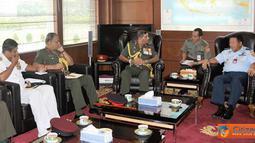 Citizen6, Jakarta: Kasum TNI Marsdya TNI Edy Harjoko, menerima kunjungan Kepala Staf Angkatan Darat (Kasad) Sri Lanka, Lieutenant General (Ltg) Jagath Jayasuriya di Mabes TNI Cilangkap, Jakarta, Kamis (31/3). (Pengirim: Badarudin)
