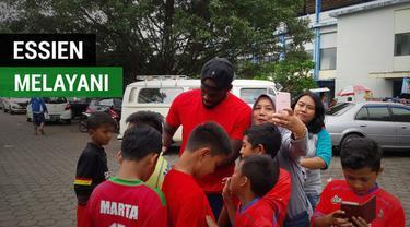 Berita video momen gelandang asing Persib Bandung, Michael Essien, tetap melayani permintaan Bobotoh meski dalam kondisi cedera.