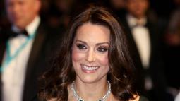 Duchess of CambridgeKate Middleton menghadiri acara penghargaan film British Academy Film Awards (BAFTA) 2018 di London, Minggu (18/2). Warna yang dikenakan Kate Middleton ini dihujani kritik lantaran memakai gaun bukan hitam. (AP/Antonio Calanni)