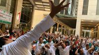 Jemaah haji dan Menteri Agama Lukman Hakim Syaifuddin melakukan senam ngapak di Makkah. Hani/MCH