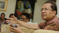 Menteri Koordinator Kemaritiman Rizal Ramli menjawab pertanyaan dalam acara temu wicara bersama wartawan di rumah dinasnya di Jakarta, Rabu (25/11). (Liputan6.com/Faizal Fanani)