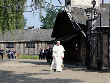 20160729- Paus Fransiskus Kunjungi Kamp yang Tewaskan 1 Juta Yahudi-REUTERS
