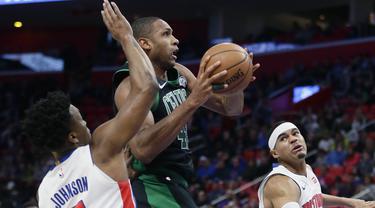 Pebasket Detroit Pistons, Stanley Johnson, berusaha menghalau pebasket Boston Celtics, Al Horford, pada laga NBA di Little Caesars Arena, Senin (11/12/2017).  Celtics menang 91-81 atas Pistons. (AP/Duane Burleson)