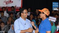Cagub DKI Jakarta, Anies Baswedan (kiri) berbincang bersama Cawagub Sandiaga S Uno usai melakukan tatap muka dengan pemuda di GOR Jakarta Timur, Rabu (4/1). Anies Sandi memaparkan rencana pembangunan sarana olahraga. (Liputan6.com/Helmi Fithriansyah)