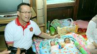 Cagub Pilkada Sumsel Aswari Rivai mengunjungi bayi kembar (Liputan6.com / Nefri Inge)